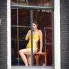 Tovább haladva azt veszem észre, hogy tele vannak nézelődő nőkkel az ablakok