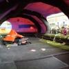 101 ember férőhelyes mentőcsónak-sátor. Belül egy négyszemélyes