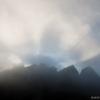 Felhőkön áttörő napsugarak