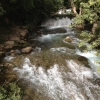 Bővízű patak ömlik le a magasból