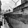 Tsúszó Sándor egy első világháborús francia közkatona egyenruhájában megfenyegeti a berlini falat.