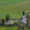 A falu Árpád-kori temploma fallal van körülvéve