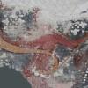 A székelyderzsi falképen a leány jobb kezével a kun íjába kapaszkodik, baljával elfog egy, a kunra kilőtt nyilat