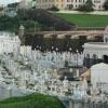 Az erőd falain túl az öreg temető látható