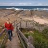 Lépcső vezet a tengerparthoz, ami kihagyhatatlan