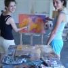 Szász Tünde és Zeley Mucza Viktória a kétkezes festmény készítése közben