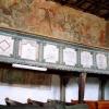 Az északi fal a freskóval és a karzat látképével
