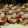 Füstölt libamáj szeletek tökmagolajos baguetten és gyöngyhagymával