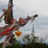 Nemzeti színű szalagok lobognak a kereszten
