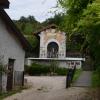 A Magyar Kápolna egy magánudvar végében van
