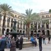 Carrer: A Placa Reial a város egyik legforgalmasabb csomópontja. Árnyat adó pálmafák és és utcai lámpák keretezik a Három Grácia szökőkutat.
