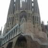 Sagrada_familia: Gaudí a Sagrada Famíliát 18 toronnyal tervezte, amelyekből jelenleg még csak 8 látható. 12 az apostolok, 4 az evangélisták tiszteletére lesz szentelve, a fennmaradó két torony Jézus és Szűz Mária tiszteletét jeleníti majd meg. A tervek szerint 2026-ra, Gaudí halálának 100. évfordulójára kellene teljesen befejezni. Elkészülte után a világ legnagyobb bazilikája lesz.