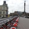 Port: A Kolombusz szobor mögött a Montjuic (zsidó hegy).