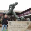 FCB: Kubala László kiemelkedő képességű labdarúgó szobra a stadion előtt. A történelem viharai úgy hozták, hogy játszott mind a magyar, mind a csehszlovák és még a spanyol válogatottban is. Tervezték, hogy róla nevezik el a stadiont, amiről tisztelői még most sem mondtak le.