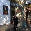 Szabó Ottó a Forrás Galéria előtt