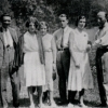 Fábry Zoltán, a Gutmann lányok, D. Simai Béla, Palotai Boris és Gergely Tibor a körtvélyesi kertben