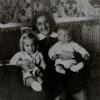Nagyanyám gyermekeivel, háttérben egy azóta lappangó Máli falvédő és Mészáros László Madzsar József szobra